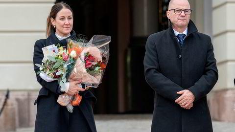 Ny regjering kommer ut fra Slottet. Fra venstre: kunnskapsminister Tonje Brenna og forsvarsminister Odd Roger Enoksen.