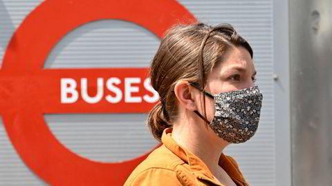 Begrenset frihet. Munnbind blir obligatorisk på Londons busser også etter «frihetsdagen».