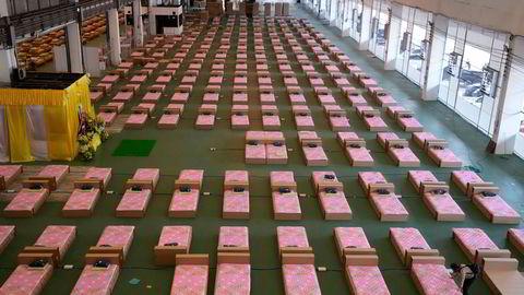 Det er rekordhøy koronasmitte i Thailand. Kapasiteten ved sykehusene i Bangkok og andre «røde» provinser er sprengt. En cargoterminal ved Don Mueang International Airport i Bangkok er omgjort til et feltsykehus med 1800 sengeplasser for pasienter med moderate symptomer.