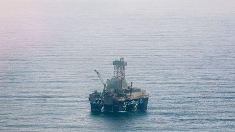 Det var Olje- og energidepartementet under ledelse av Borten Moe som bestilte tallene for mulige inntekter og kostnader i Barentshavet. Her «Scarabeo 8» på Goliat i Barentshavet.