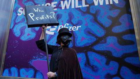 Demonstranter i New York i mars med krav om at produsenten Pfizer og Biden-administrasjonen sørger for en rettferdig fordeling av vaksiner.
