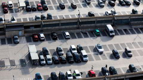 Parkeringsanlegget på Oslo lufthavn er landet største, med plass til 23 000 biler, fordelt på 20 parkeringsområder inne og ute, både korttidsplasser og langtidsparkeringer, samt shuttlebusstrafikk til og fra terminalen.