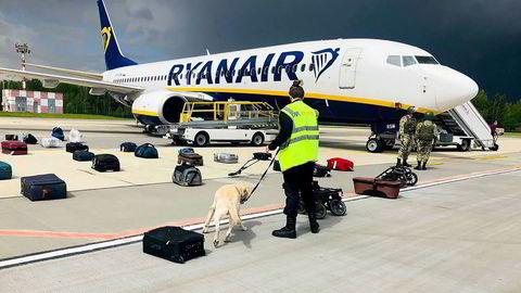 Vestlige land fordømmer at Hviterussland i helgen tvang et Ryanair-fly på vei fra Aten til Vilnius til å lande i Minsk. Den regimekritiske journalisten Roman Protasevitsj (under) ble pågrepet.