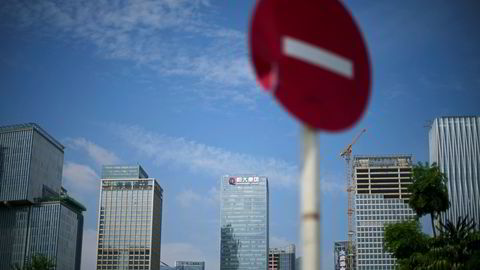 Problemene hos det gjeldsrammede kinesiske eiendomskonglomeratet Evergrande er ikke næmere en løsning. Eiendomssalget har kollapset og forsøk på å selge hovedkontoret og aksjer i et datterselskap har strandet. Her fra hovedkontoret i Shenzhen i Sør-Kina.