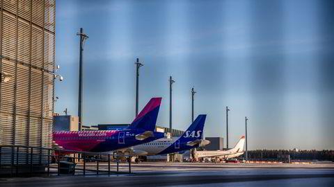 Lørdag ble det kjent at det ungarske lavprisselskapet Wizz Air skroter satsingen på norsk innenriks. Her er et av deres fly på Gardermoen, sammen med fly fra henholdsvis SAS og Norwegian.