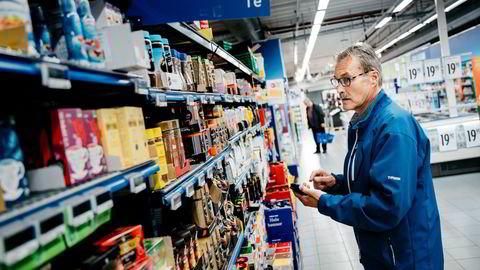 I en årrekke har dagligvarekjedene sendt prisspioner inn i konkurrentenes butikker. Her er Coops Trond Syversen i Rema 1000 på Haugenstua.