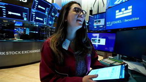 Alle de toneangivende børsindeksene steg i juli. Her er trader Ashley Lara i aksjon på gulvet til New York-børsen tidligere denne måneden.