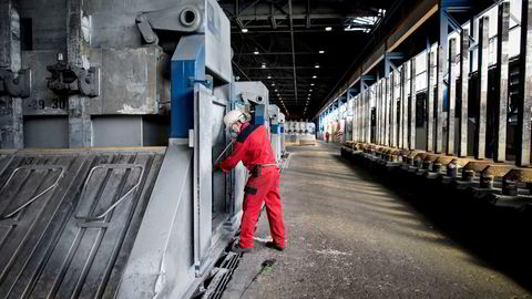 Norsk PMI avtok i september, og bedriftene melder om nedgang både med tanke på sysselsetting, nye ordre og produksjon. Avbildet er smelteverket i Årdal.