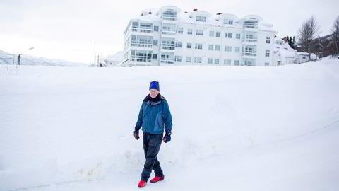 Lars Erik Nielsen er blant hytteeierne som har varslet søksmål mot eierne av Dr. Holms (i bakgrunnen) og Hol kommune basert på en over 80 år gammel heftelse.