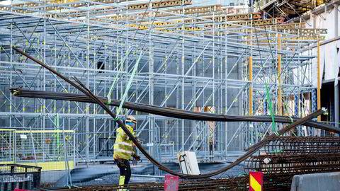 Innleie av arbeidskraft er særlig vanlig i byggebransjen. Nå vil den nye regjeringen strupe bemanningsbransjen. Det skaper reaksjoner. Her byggearbeid i Bjørvika i Oslo.