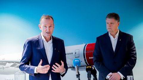 Norwegians tidligere styreleder Niels Smedegaard (til venstre) reagerer på beskrivelsen av Jacob Schram – toppsjefen han selv ansatte og som ble kastet denne uken av det nye styret.