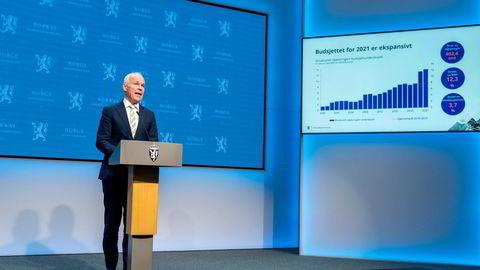 Gjør nye, store uttak fra Oljefondet: finansminister Jan Tore Sanner, som her presenterer revidert nasjonalbudsjett under en pressekonferanse tirsdag.