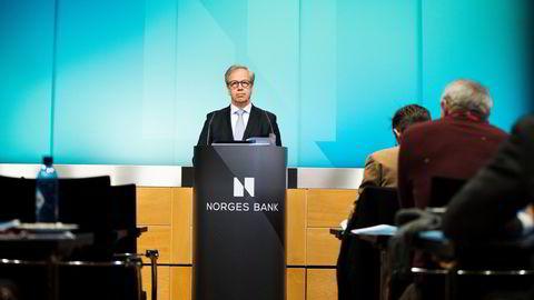 Når bankene får spørsmål om hva de vil gjøre etter at sentralbanksjef Øystein Olsen (bildet) setter opp renten, bør de ikke svare, skriver artikkelforfatteren.