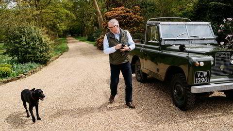 John Knight og hunden Monty kjører rundt i Land Roveren til John i landsbyen der han bor, ca en time utenfor London. Foto: Tommy Ellingsen ---
