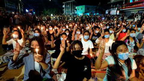 Unge kvinner i Myanmar leder demonstrasjonene mot terrorregimet militærjuntaen står bak. Over 50 mennesker ble drept i helgen. Flere kinesiskeide fabrikker ble satt i brann.