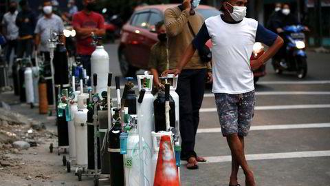 Situasjonen er desperat i Indonesia med rekordhøy smitte og en økning i antall dødsfall. Pårørende til koronasmittede står i kø for å få fylt oksygentanker i hovedstaden Jakarta på mandag. Flere sykehus har gått tomme.