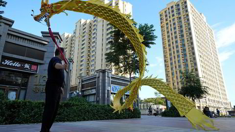 Globale investorer følger situasjonen tett hos det kinesiske eiendomsselskapet Evergrande, som har gjeld og forpliktelser på over 2700 milliarder kroner. Her fra boligkomplekset Evergrande Yujing Bay i Beijing på tirsdag.