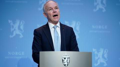 Finansminister Jan Tore Sanner presenterte fredag nye koronatiltak finansiert med oljepenger. Artikkelforfatteren skriver at handlingsregelen ble utformet i en tid da troen på budsjettregler var stor og tilliten til politikerne lav.