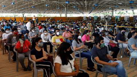 Indiske produsenter av koronavaksiner vil ikke være i stand til å oppfylle kontraktsforpliktelsene om å levere vaksiner til andre land. Verdens største vaksineprodusent tror de i beste fall kan eksportere koronavaksiner mot slutten av 2021. Her fra et vaksinesenter i New Delhi.