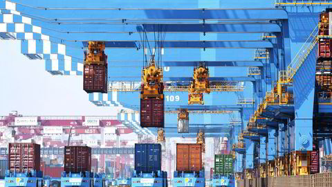 Det er store forsinkelser ved viktige kinesiske havner etter nye koronasmitteutbrudd i Sør-Kina de siste ukene. Dette vil ramme de globale forsyningskjedene og kan gi tomme butikkhyller i deler av verden frem mot jul. Dette bildet viser aktiviteten ved Qingdao-havnen i forrige uke.