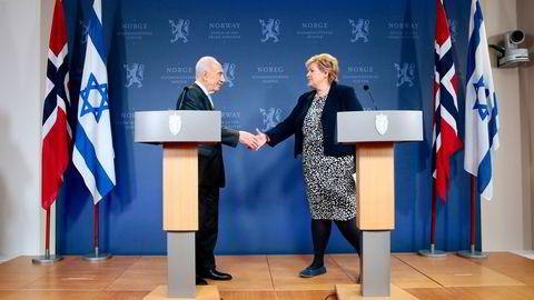 Statsminister Erna Solberg forteller at hun takket Peres for hjelpen da han kom på statsbesøk i mai 2014.