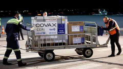 FN-støttede Covax skal hjelpe fattigere land å få vaksinert befolkningen. Her dytter flyplassansatte 24.000 doser AstraZeneca-vaksine på en flyplass i Kosovo i mars i år.