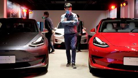 Det er ett år siden Teslas første fabrikk utenfor USA åpnet i Shanghai i Kina. Det ble solgt over 135.000 Tesla-biler i Kina. Mange kjøpere klager over kvalitetsproblemer. Her fra et nytt showroom i Shanghai,