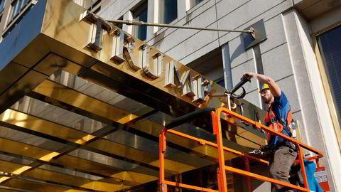 Trump-skiltene ble fjernet fra mange bygninger alt da Donald Trump ble valgt til president i 2016. Her fra bygningen som tidligere ble kalt Trump Place i New York.