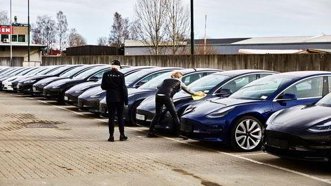 Tesla fikk inn rekordmange biler til Norge i mars 2019, men i 2020 ble salget nesten halvert.