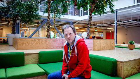Rolf Assev, partner i StartupLab, var sentral i oppbyggingen av Opera Software. Nå advarer han dagens gründere mot å gå på børs for tidlig.