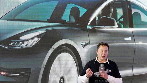 Tesla-sjef Elon Musk holder tale om Model 3 på en fabrikk i Shanghai.