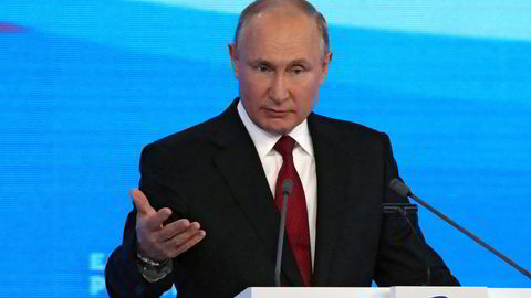 Russlands president Vladimir Putin legger frem valgløftene på partikongressen i Moskva lørdag.