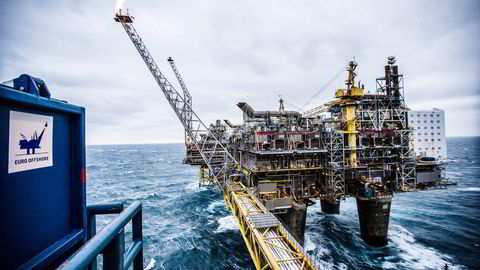 Det er ingen grunn til å tro at økt utvinning i andre land fullt ut vil erstatte en reduksjon i norsk oljeeksport, skriver artikkelforfatterne.