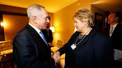 Statsminister Erna Solberg med Benjamin Netanyahu i Davos i 2014. Tidligere i år foreslo Netanyahu vaksinesamarbeid.