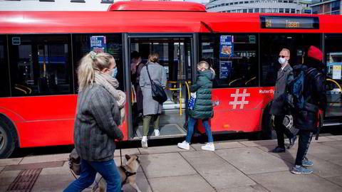 Folk trekker nå ut for å trekke kortene sine igjen. Her i Oslo åpner nå det meste igjen denne uken.