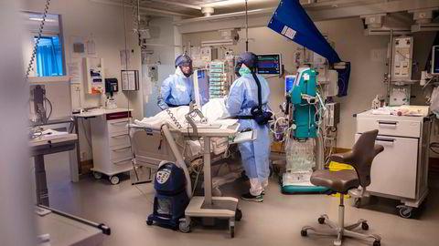 Før pandemien var det 289 intensivplasser ved norske sykehus. Ett år senere er tallet uendret. Her får en pasient på Rikshospitalets intensivavdeling behandling for korona.