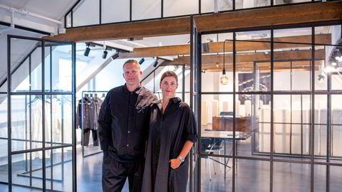 – Vi fikk et lite sjokk helt i starten av pandemien, men etter et par ukers hektiske undersøkelser av hvor verden sto, merket vi en betydelig salgsøkning, sier Morten Isachsen, daglig leder i Tom Wood. Her med sin kone, Mona Jensen, som grunnla selskapet i 2013.