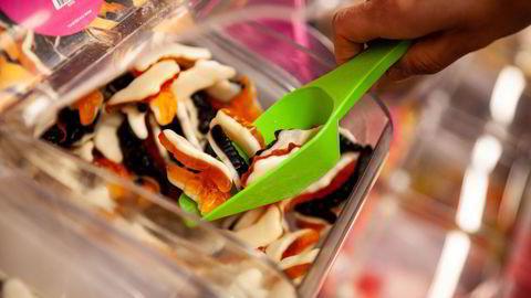 I høst ble regjeringen med på en lavbudkamp om sukker, snus og alkohol, som endte med at noen av de aller mest helseskadelige varene ble billigere og sukkeravgiften ble fjernet helt, skriver Mina Gerhardsen