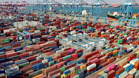 Det er høy handelsvekst i Kina. Verdens nest største økonomi er friskmeldt fra koronapandemien. Handelsstatistikkene tyder på at resten av verden følger etter. Her fra containerhavnen i Qingdao i den kinesiske provinsen Shandong
