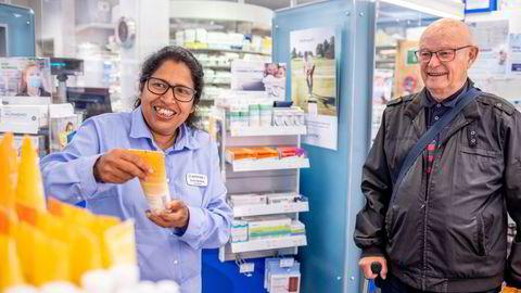 – Etter veiledning fra oss skjer det ofte at folk velger andre produkter enn de først hadde tenkt, sier apotekbestyrer Sukumarie Sothinathan, her med kunde Hans Fredrik Kummervold.