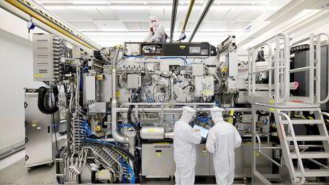Elektronikkselskaper i USA, Kina, Sør-Korea og Taiwan er i ferd med å øke produksjonskapasiteten av databrikker og elektronikk med historisk store investeringer. Det nederlandske selskapet ASML er den viktigste leverandøren av avansert produksjonsutstyr.