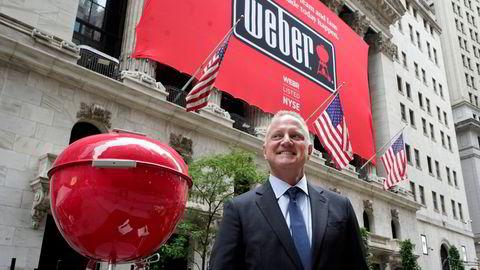 Administrerende direktør i Weber Inc Chris Scherzinger poserer ved siden av en gigantisk grill utenfor New York Stock Exchange før selskapets børsnotering, torsdag 5. august 2021