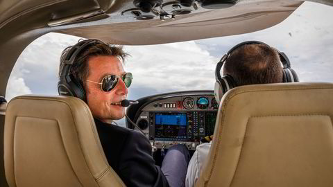 Flygründer Bjørn Tore Larsen skal ha norske piloter og kabinansatte i Norse Atlantic Airways. Han tror på ny pilotmangel om få år. Her fra en flytur over Fort Lauderdale i Florida i sommer.