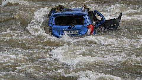 En bil er tatt av flommen vest i Tyskland i sommer. – Enorme nedbørsmengder og flomkatastrofer i Tyskland og Kina minner oss om at klimaendringene fortsetter, skriver innleggsforfatteren.