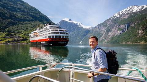 Hurtigrutens sjef Daniel Skjeldam legger frem et nytt underskudd, men ser positive nyheter i bestillingene for vinteren. Her fra et besøk i Geiranger i fjor sommer.