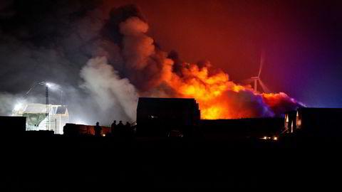 Onsdag kveld opplyste det landbaserte lakseselskapet Atlantic Sapphire at det brenner på selskapets anlegg i Hvide Sande i Danmark. Brannen skal ha oppstått like før klokken 20.30.