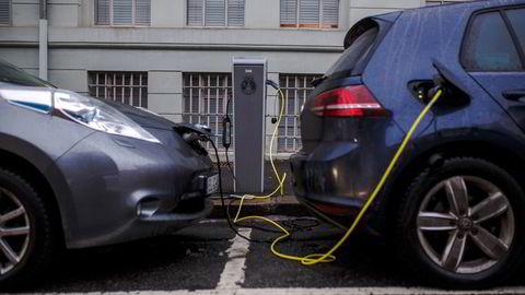 Altfor ofte er det umulig eller ulønnsomt å reparere skader på elbiler, skriver artikkelforfatterne.