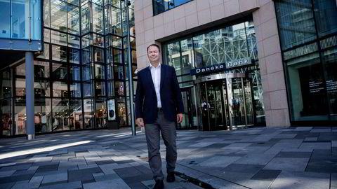 Trond F. Mellingsæter, administrerende direktør i Danske Bank Norge, foran hovedkontorene til Danske Bank Norge.