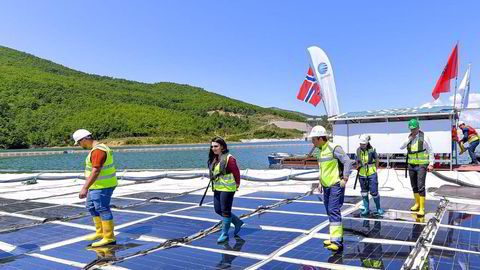 Ocean Suns flytende solkraftverk ble åpnet onsdag forrige uke av blant annet den albanske infrastrukturministeren Belinda Balluku (i midten uten hjelm),