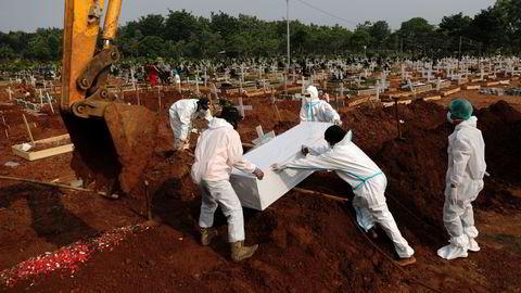 Nye smittetilfeller og dødsfall har økt med rundt 40 prosent på en uke i Indonesia. Det er etablert nye gravsteder i Bekasi, utenfor hovedstaden Jakarta.